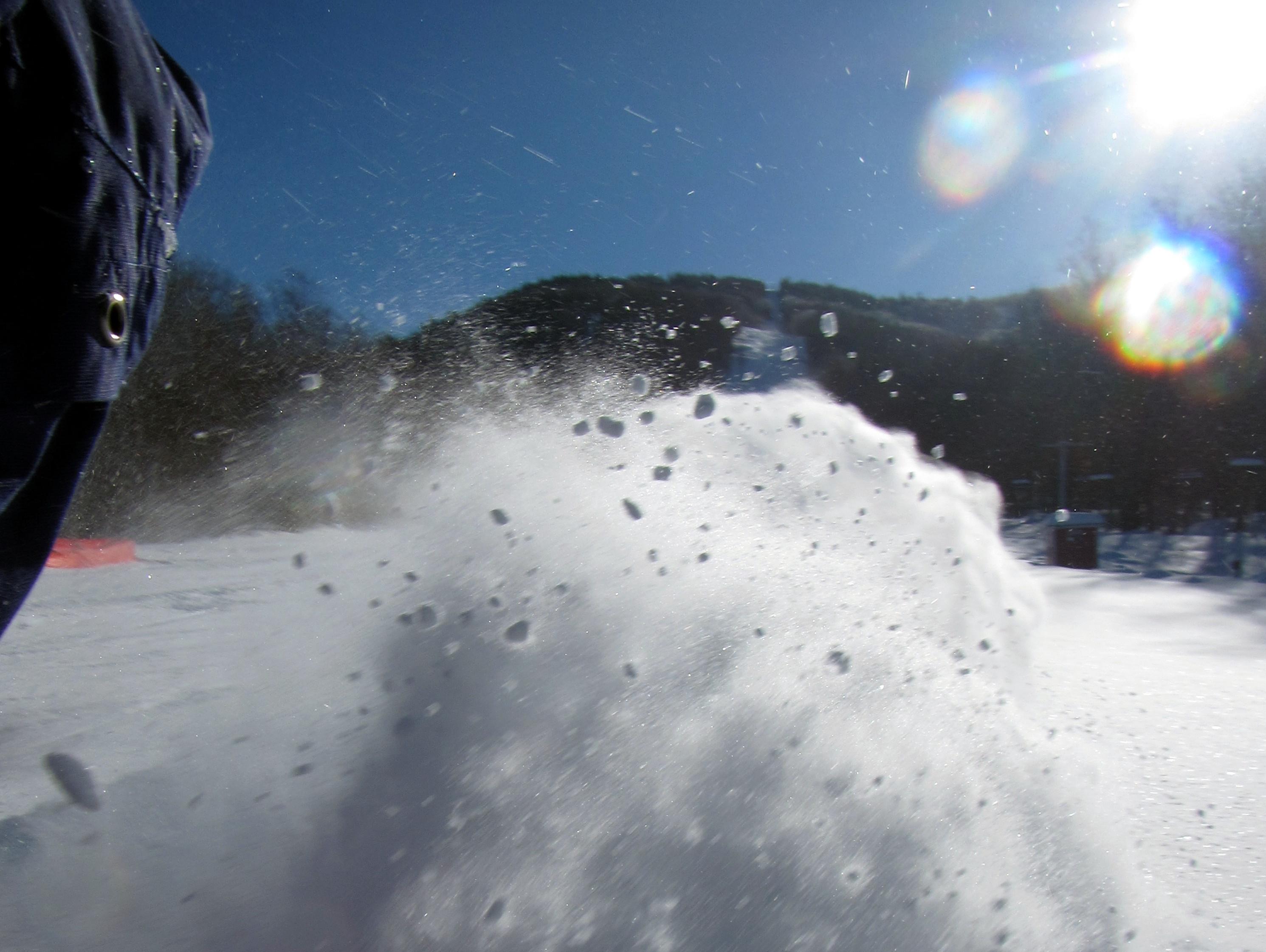 Levée de neige en bas de la montagne