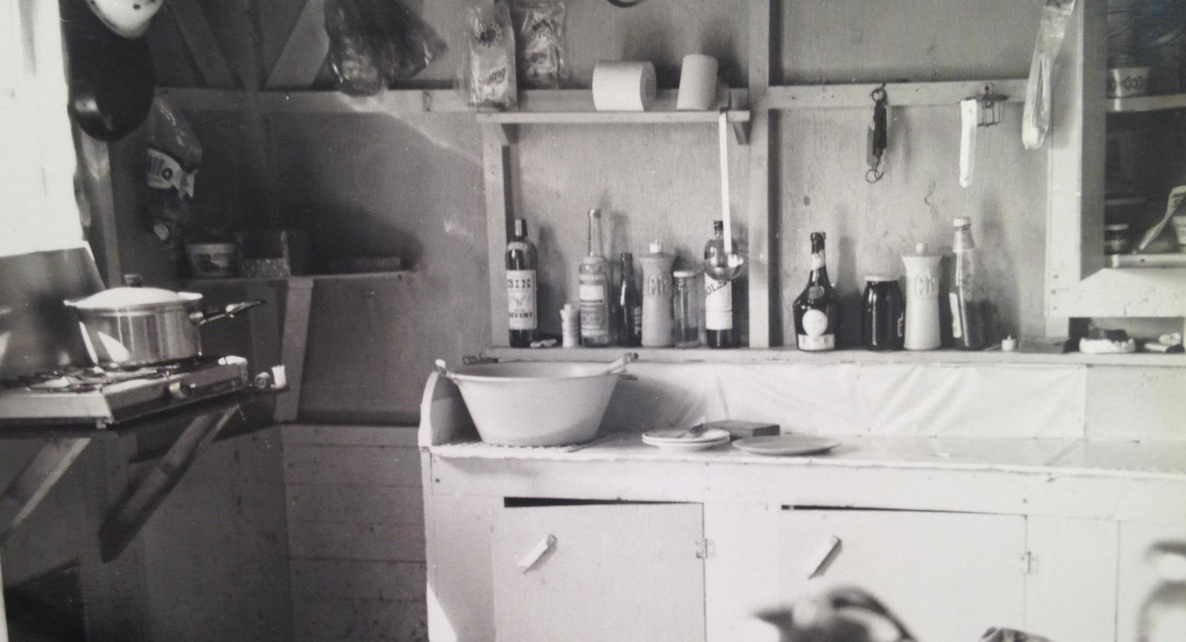La cuisine du refuge : une tablette pour soutenir le réchaud à 2 ronds que nous avions monté la veille, quelques rouleaux de papier et des boissons à portée de main.
