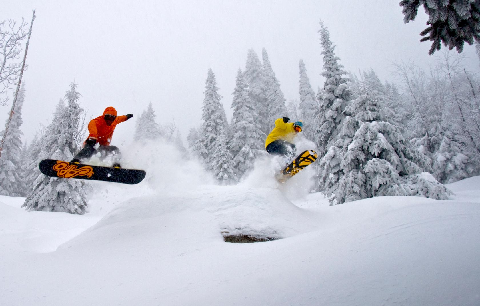 Deux surfeurs des neiges dans le terrain du Massif de Charlevoix
